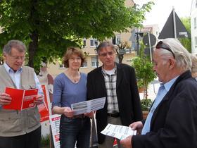 Gespräch am Infostand in Augsburg